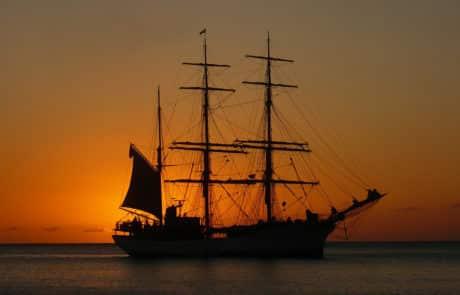 Voilier au coucher du soleil en Martinique