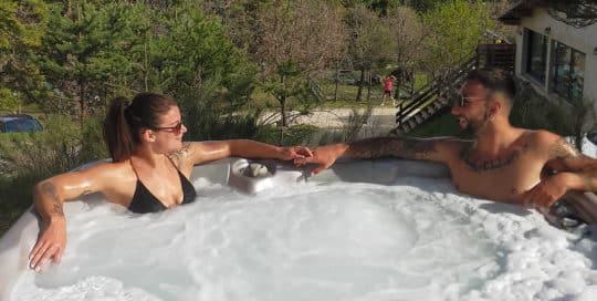Un couple dans un jaccuzzi dans les Gorges du Verdon