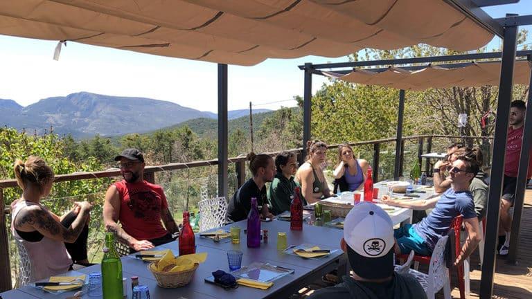 Repas entres amis au soleil dans le Verdon