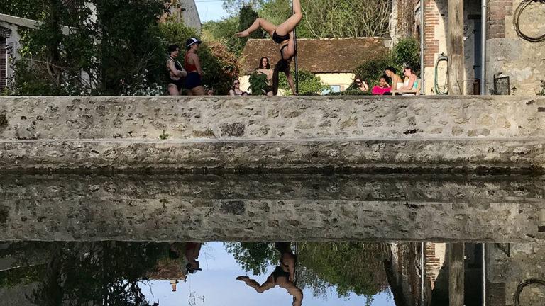 Pole dance au Moulin avec reflets pole camp