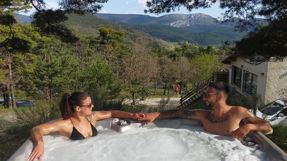 vacances bien-être_couple dans un jaccuzzi
