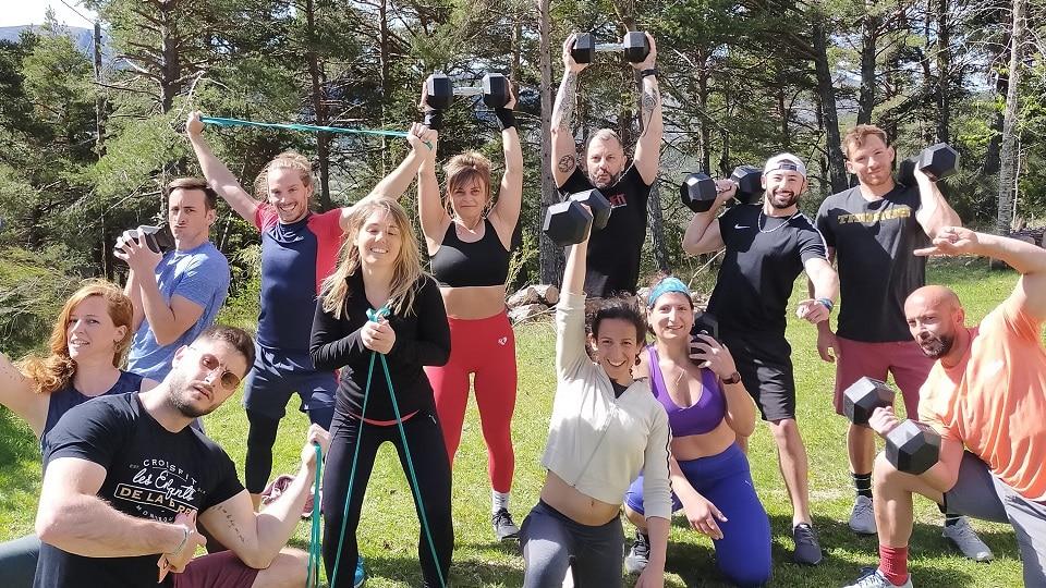 Vacances sportives pour adultes groupe avec des Dumbell dans le Verdon